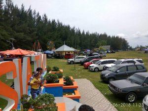 Ribuan Pengunjung Banjiri Pantai Tiku
