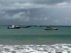 Cuaca Tak Bersahabat Pengunjung Pantai Tiku Diminta Waspada