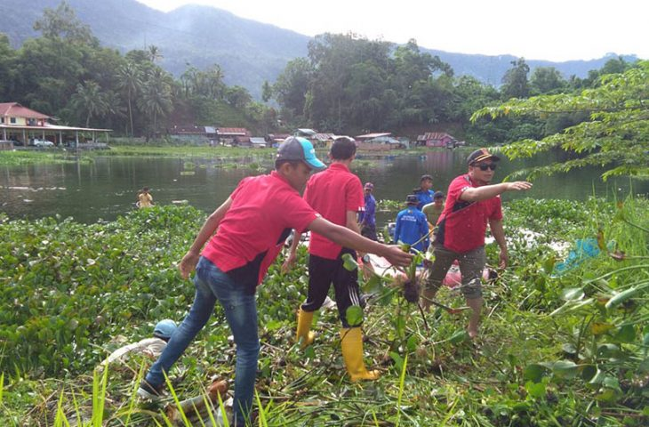 Nagari Duo Koto Bersihkan Danau Maninjau