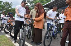 Danrem 032/WB Serahkan Sepeda Gunung Untuk Anak Yatim