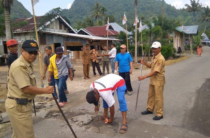Camat Baso Bongkar Tanggul di Jalan Kabupaten