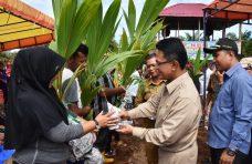 500 KK di Manggopoh Menerima  Bibit Tanaman dari Nagari