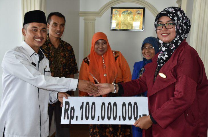 Owner Hotel Sakura Syariah Salurkan Bantuan Rp100 Juta untuk Pengadaan Baju Santri