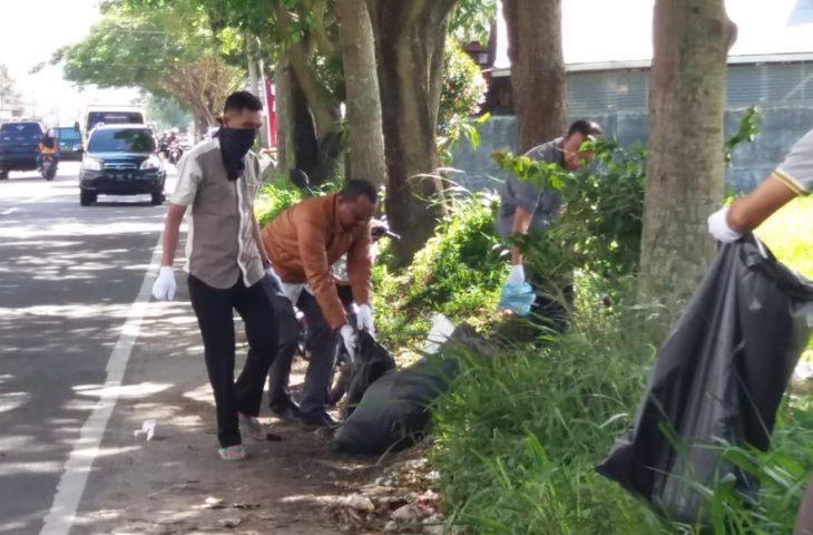 Pemerintah Kecamatan Ampek Angkek Bersihkan Jalan Sambil Ngabuburit