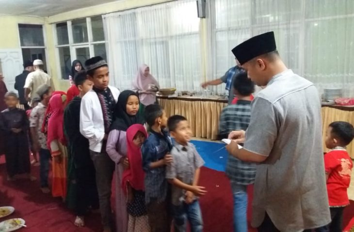 Pemerintah Kecamatan Ampek Angkek Santuni Anak Yatim