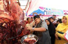 Pantau Bazar Murah, Bupati Agam Jadi Pedagang Dadakan
