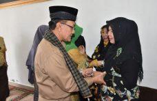 Bupati Agam Melayat ke Rumdis Pasbar, Istri Almarhum Syahiran Tak Kuasa Menahan Tangis