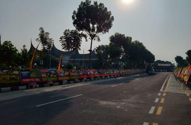 Hari Pelantikan Anggota DPRD Agam, Jalan Sudirman Dibanjiri Karangan Bunga