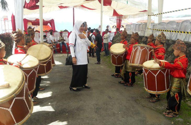 Dimainkan Siswa SD, Kesenian Tambua Tansa Sambut Pebalap di Finish Etape V TdS 2019