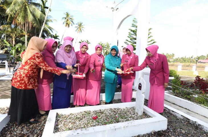 Jelang Hari Ibu ke-91, GOW Agam Ziarah ke Makam Siti Manggopoh