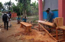 Kreatif, Petugas Pertamanan Agam Olah Potongan Pohon Pelindung Jadi Perabotan
