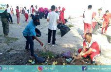 Peduli Lingkungan, Polres Agam Bersihkan Pantai Tiku
