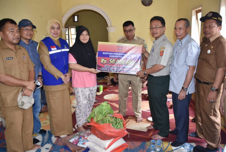 Tempuh Medan Ekstrem, Indra Catri Salurkan Bantuan untuk Korban Banjir di Pasaman