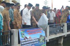 Wagub Sumbar Lepas 10 Ribu Benih Ikan di Tabek Gadang Sungai Tanang