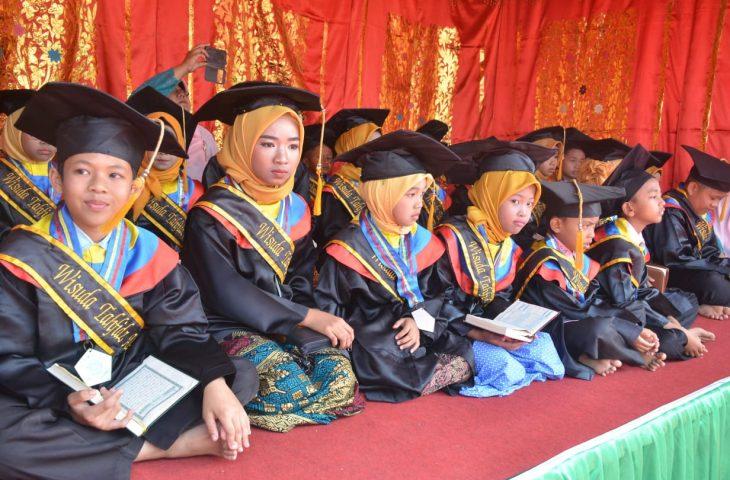 24 Santri Rumah Tahfidz dan Kursus Bahasa Arab Lillahi Taala Padang Tarok Diwisuda