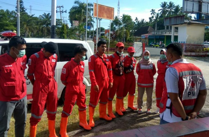 #AgamSiagaCovid-19, Relawan PMI Agam Semprot Disinfektan di Fasum