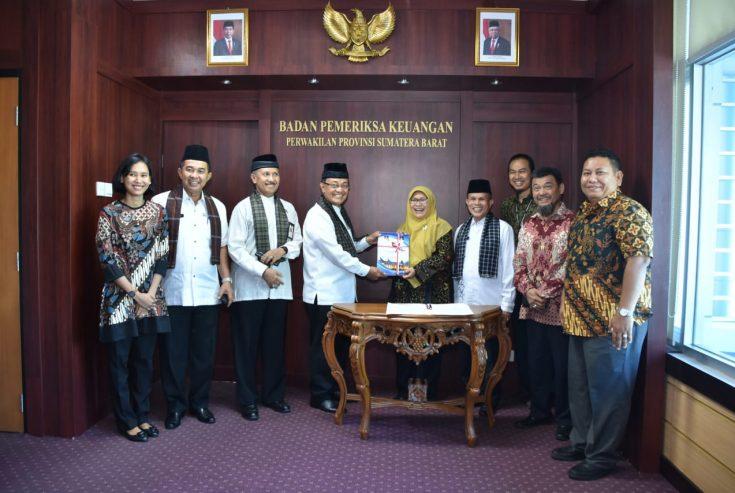 Indra Catri Serahkan LKPD 2019, BPK Akan Entry Meeting dengan Pemkab Agam