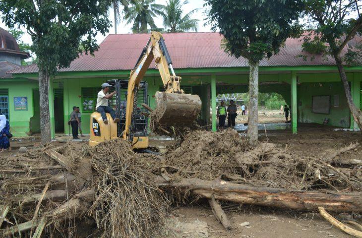 Tim Gabungan Kebut Pembesihan Material Banjir Bandang di MTsN 13 Batu Kambing
