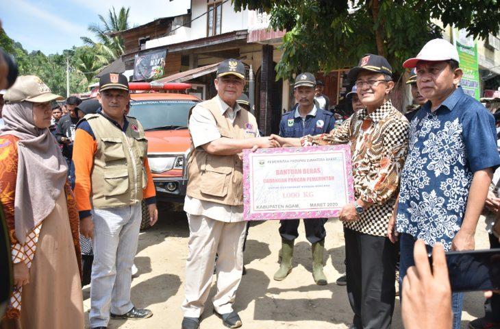 Pemprov Sumbar Serahkan Bantuan Kepada Korban Banjir Bandang Ampek Nagari