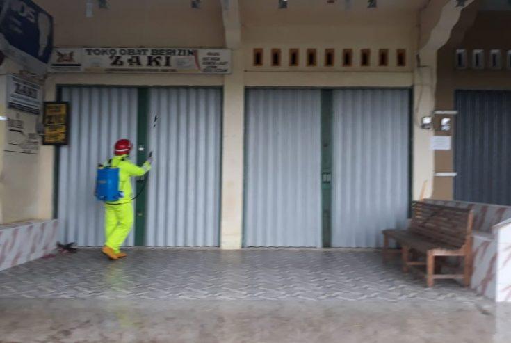 SatPol PP Damkar Semprot Disinfektan di Pasar Tradisional Tiku