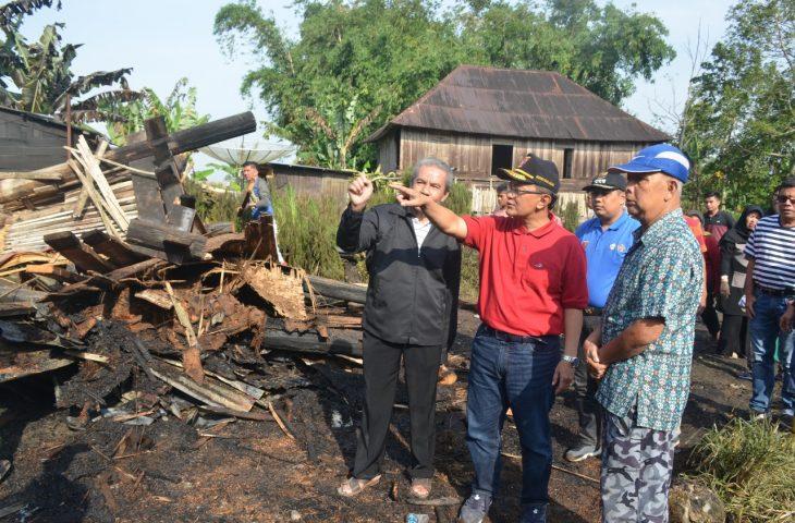 Kunjungi Korban Kebakaran di Biaro, Bupati Agam Berikan Bantuan