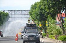 Indra Catri Pimpin Penyemprotan Disinfektan dengan Water Cannon di Jalanan Lubuk Basung
