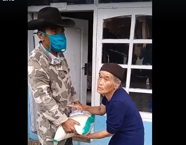 """Berbagi Beras Gratis di Kabupaten Agam """" Virus Corona Menghampiri-Anak Nagari Berbagi """""""