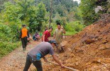 KSB dan Masyarakat Pagadih Bersihkan Material Longsor