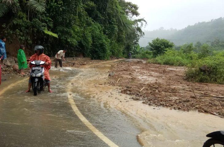 Masyarakat Gotong Royong Bersihkan Material Longsor Palembayan, Akses Kembali Normal
