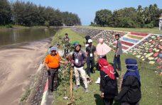 Dukung Pariwisata, Pemnag Tiku Selatan-Mahasiswa KKN Cat Dinding Dam Normalisasi Batang Tiku
