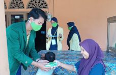 Pemnag Tiku Selatan Bagikan Hand Sanitizer dan Masker ke Warga