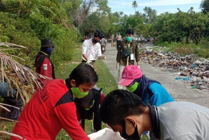 Jaga Kebersihan Objek Wisata Pasia Tiku, Tanjung Mutiara Goro Bersama Forkopimca dan Mahasiswa KKN