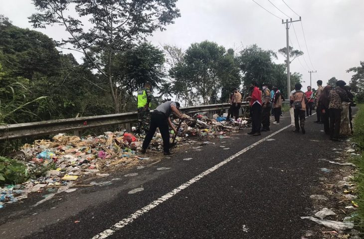 Warga Padang Galanggang Bersihkan Sampah Ambun Tanai -Puncak Lawang