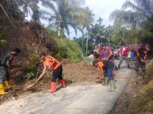 Ruas Jalan di Batu Hampar Ditimbun Longsor, BPBD Agam Lakukan Pembersihan