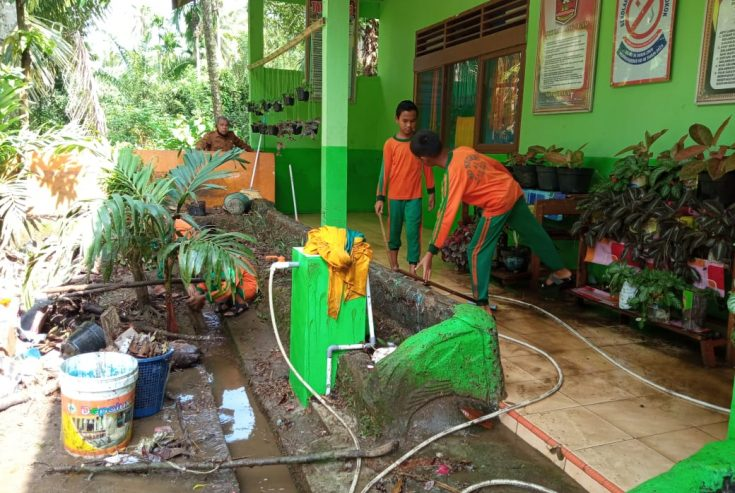 Guru dan Siswa Bersihkan Material Banjir di SDN 41 Sangkir