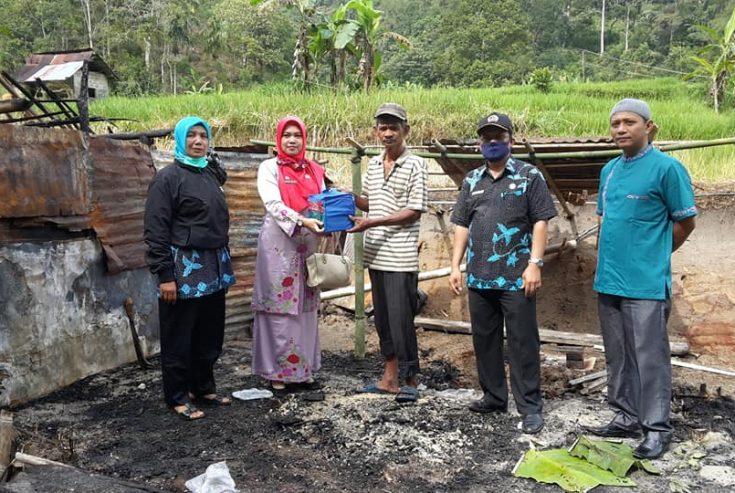 Dinsos Agam Bantu Korban Kebakaran di Palupuah