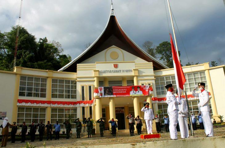 Camat IV Koto Beri Piagam Penghargaan Pada Polsek-Koramil IV Koto.