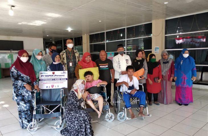 PT Taspen Salurkan Bantuan Kursi Roda Bagi Pensiunan dan Keluarga PNS di Agam
