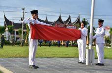 Bupati Agam Pimpin Upacara Penurunan Bendera Merah Putih