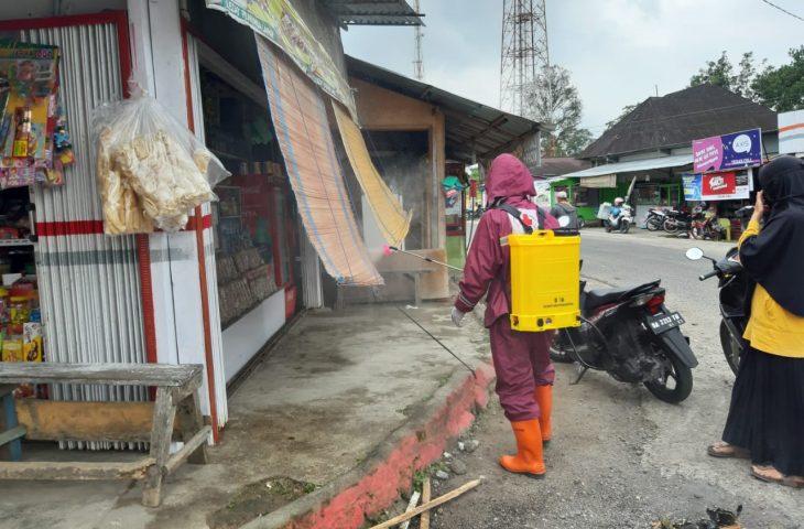 Pemerintah Kecamatan Matur Semprot Disinfektan di Fasilitas Umum