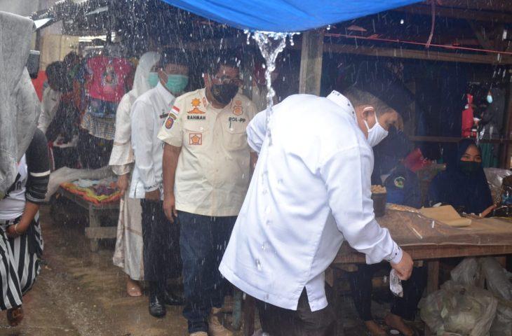 Di Tengah Guyuran Hujan, Tim Gabungan Agam Sosialisasikan Perda AKB