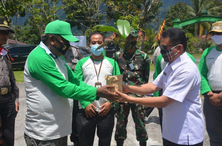 YLHI Tanam 10 Ribu Bibit Manggis di Salingka Danau Maninjau