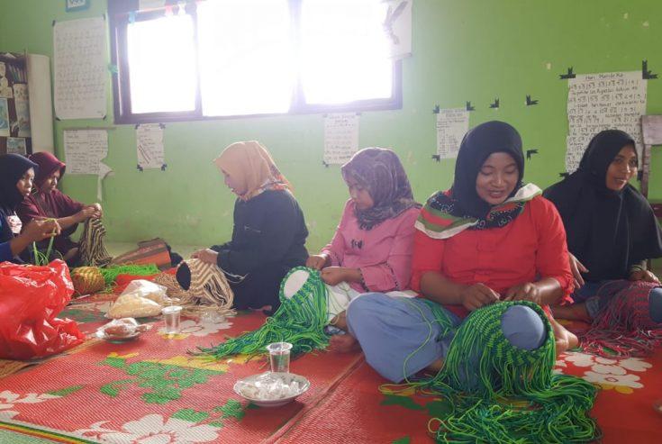 Pemnag Matua Hilia Berikan Kaum Perempuan Pelatihan Membuat Kreasi Tali Kur