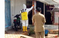 Pemnag Tiku Selatan dan Masyarakat Semprot Disinfektan di Fasum