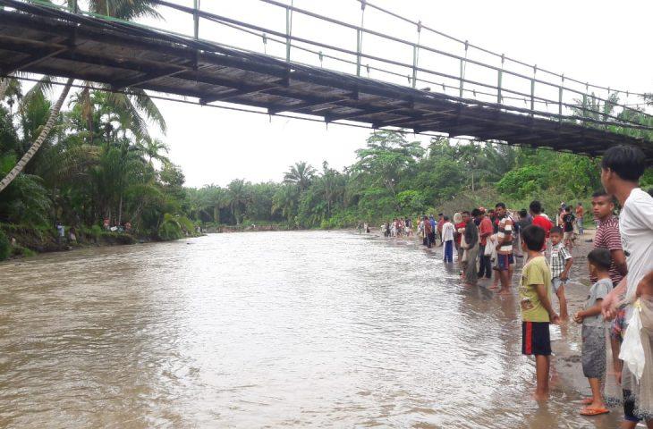 Ratusan Masyarakat Menangkap Ikan 'Lubuk Larangan' di Sungai Kubu Anau