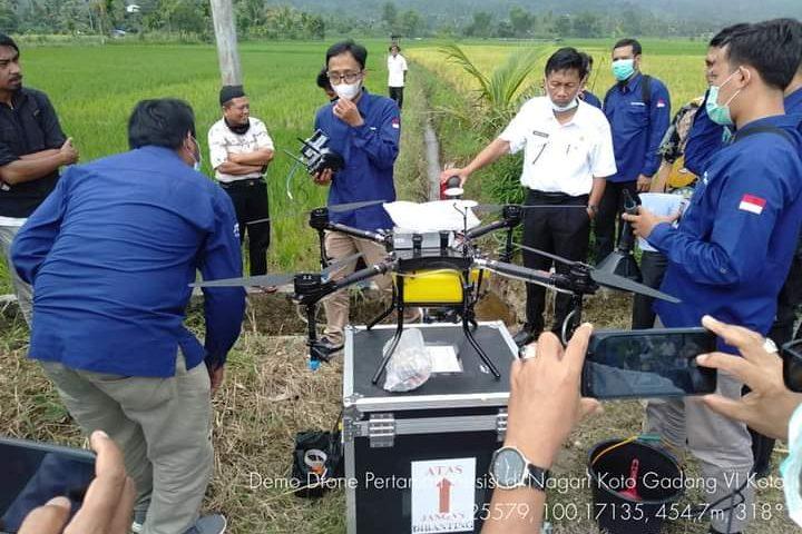 LAPAN Gelar Sosialisasi dan Demo Drone Precision Farming di Agam