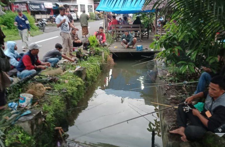Ratusan Masyarakat Pancing Ikan Larangan di Lubuak Panjang