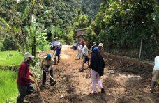 Warga Jorong Pagadih Mudiak Goro Membersihkan Jalan
