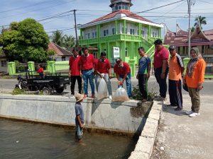 Pemnag Lubuk Basung Kembali Tebar 6.000 Bibit Ikan di Lubuk Larangan