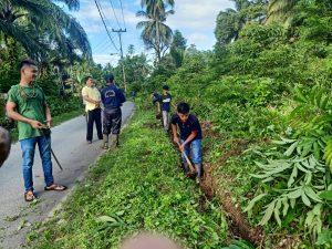 Puluhan Warga Kampuang Pinang Goro Bersihkan Lingkungan